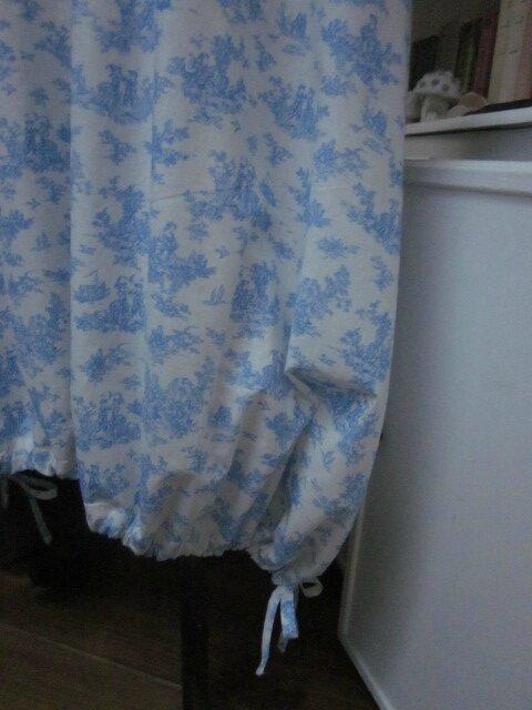 Robe HENRIETTE en coton écru imprimé toile de Jouy bleu (6)