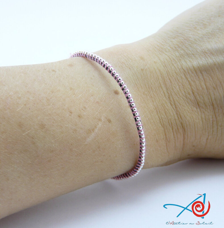 Bracelet wrap simple rose sur poignet (Copier)
