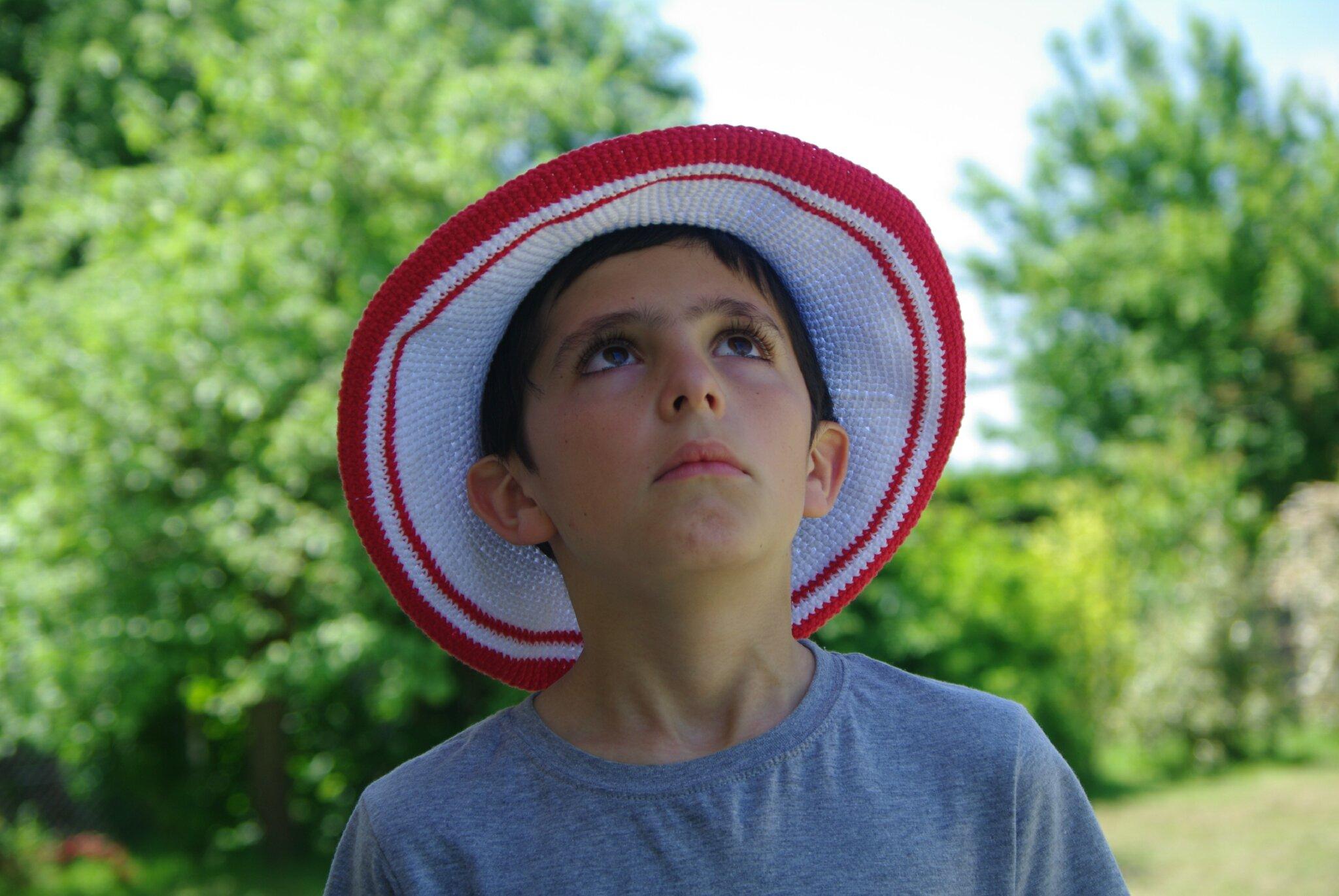 crocheter un chapeau rouge et blanc