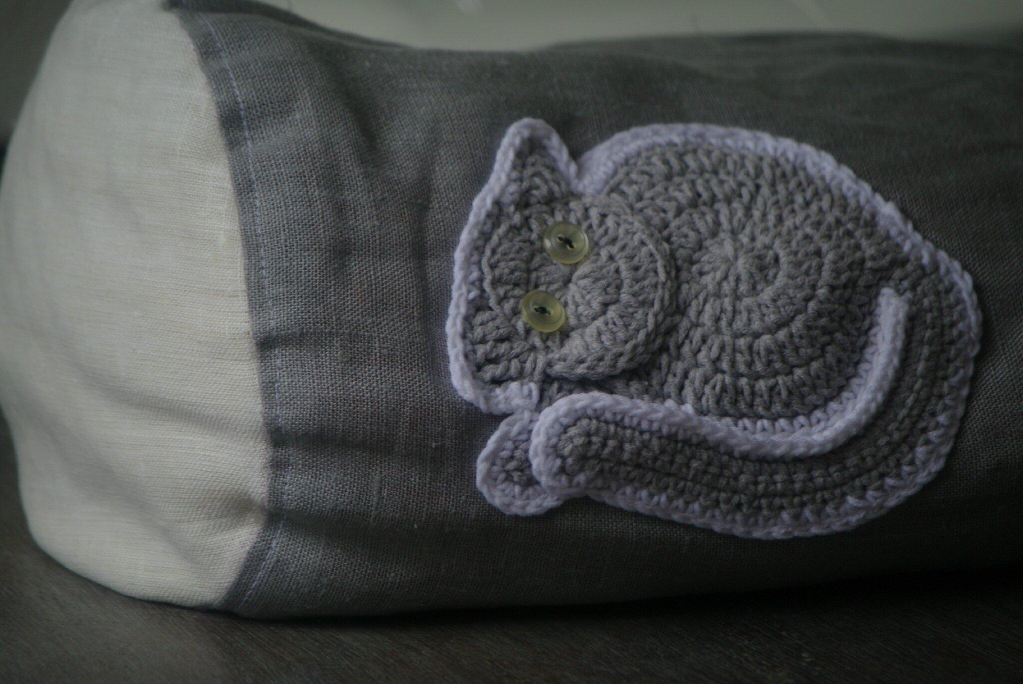 crocheter appliqué chat sur un coussin