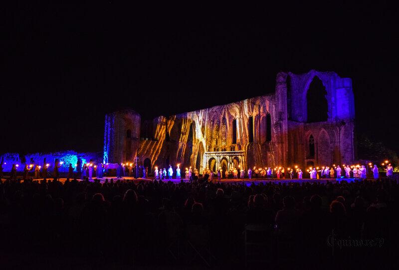 Après son sacre à Chartres, le roi Henry IV établit en 1591 des foires à Maillezais pour remercier son évêque