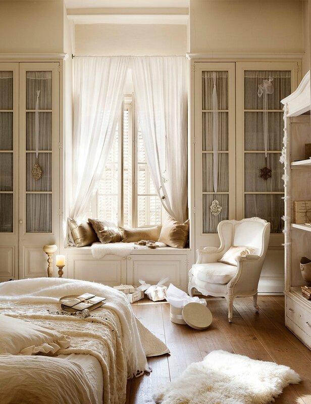 dormitorio_en_blanco_romantico_con_banco_bajo_la_ventana_986x1280