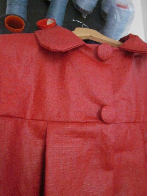 Ciré en lin enduit rouge fermé par 2 pressions dissimulés sous 2 ggros boutons recouverts - taille 56 (4)
