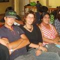 Los adolescentes con la tía Mariana y Lorena del Hogar de Cristo