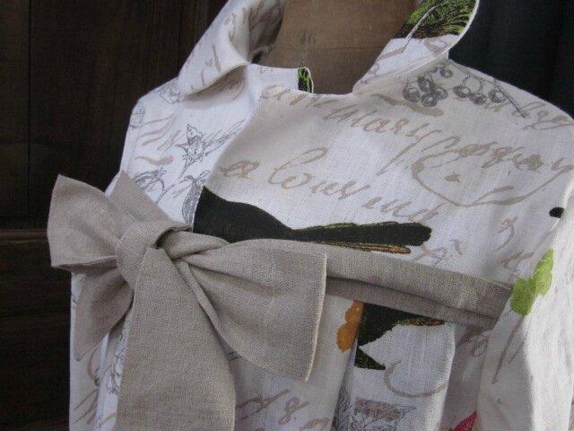 Manteau AGLAE en lin blanc cassé imprimé oiseaux noué d'un lien de lin brut (5)