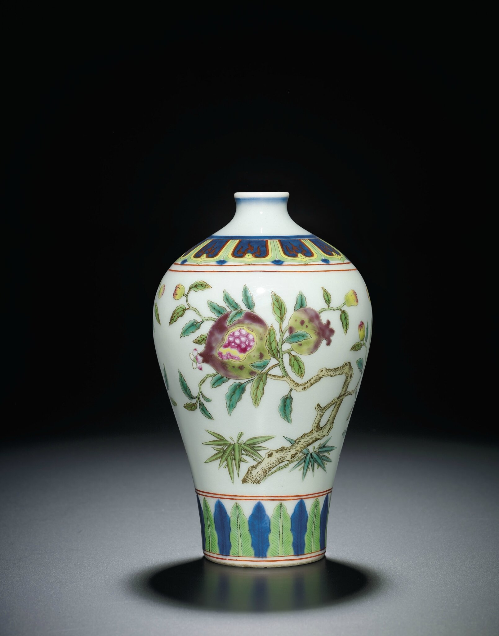 2013_HGK_03213_2123_000(a_fine_and_very_rare_famille_rose_and_underglaze-blue_decorated_pomegr)