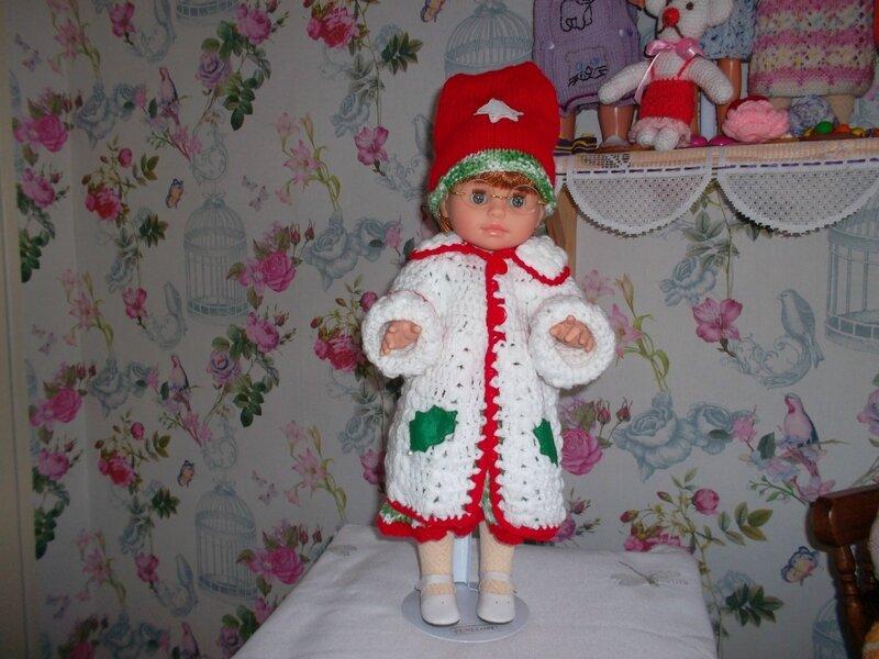 Pénélope avait froid, je lui est fait ce joli manteau de Lise pour noël agrémenté de décos de noël 1