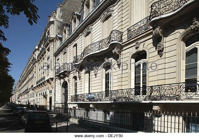 avenue-montaigne-home-of-many-high-fashion-botiques-in-paris-france-dejy50