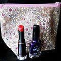Du coton liberty froufrou ... une doublure violette à pois fuchsia ... une trousse zippé à maquillage ou à médicaments ?
