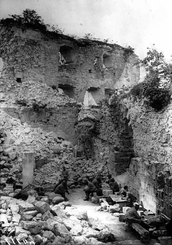 Couvy soldats dans les ruines
