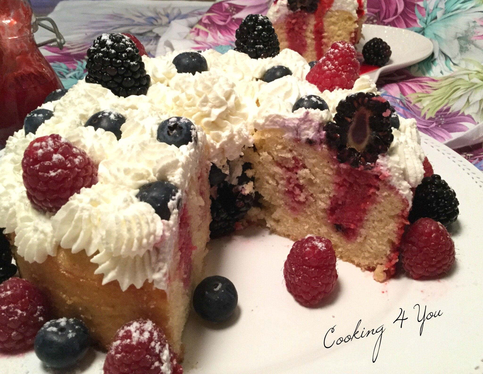 Poke Cake au coulis de Framboises et Fruits rouge