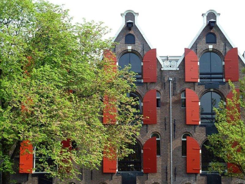 facades-anglaises-de-maisons-en-briques-aux-volets-rouges-536190e7