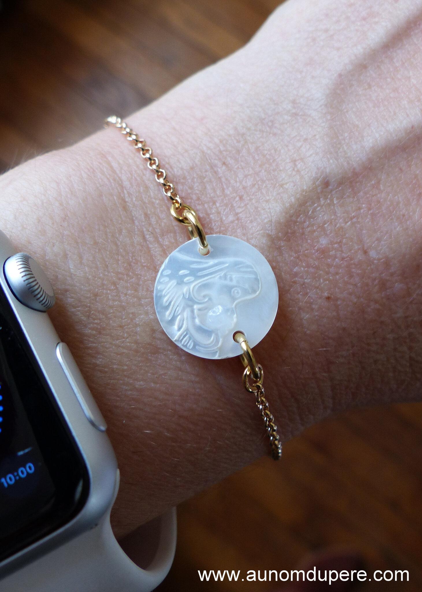 Bracelet Vierge à l'Enfant en nacre (sur chaîne plaqué or) - 37 €