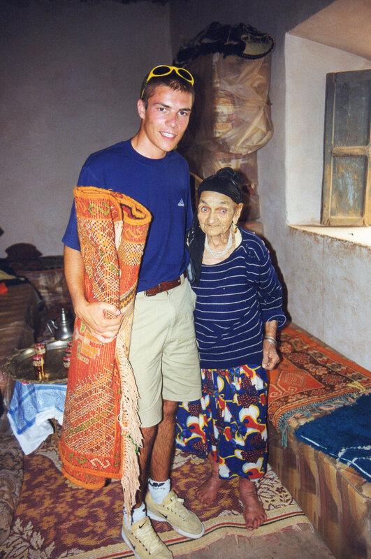Photo 15 Nana offre un tapis familial au Prince héritier