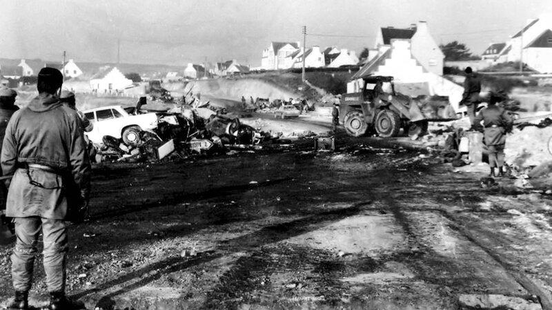 Ch38 - Non au nucléaire au Loch Plogoff - Déblayage des restes de la barricade du Loch 5