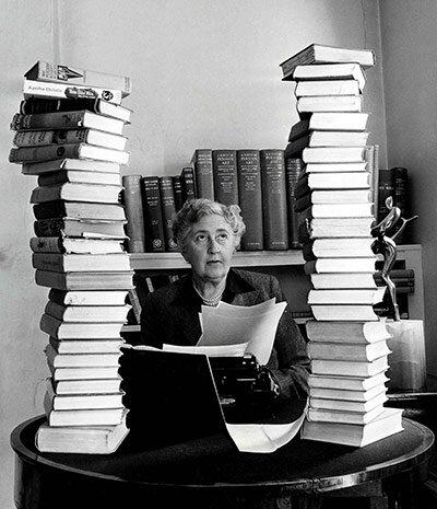 Agatha Christie à son bureau