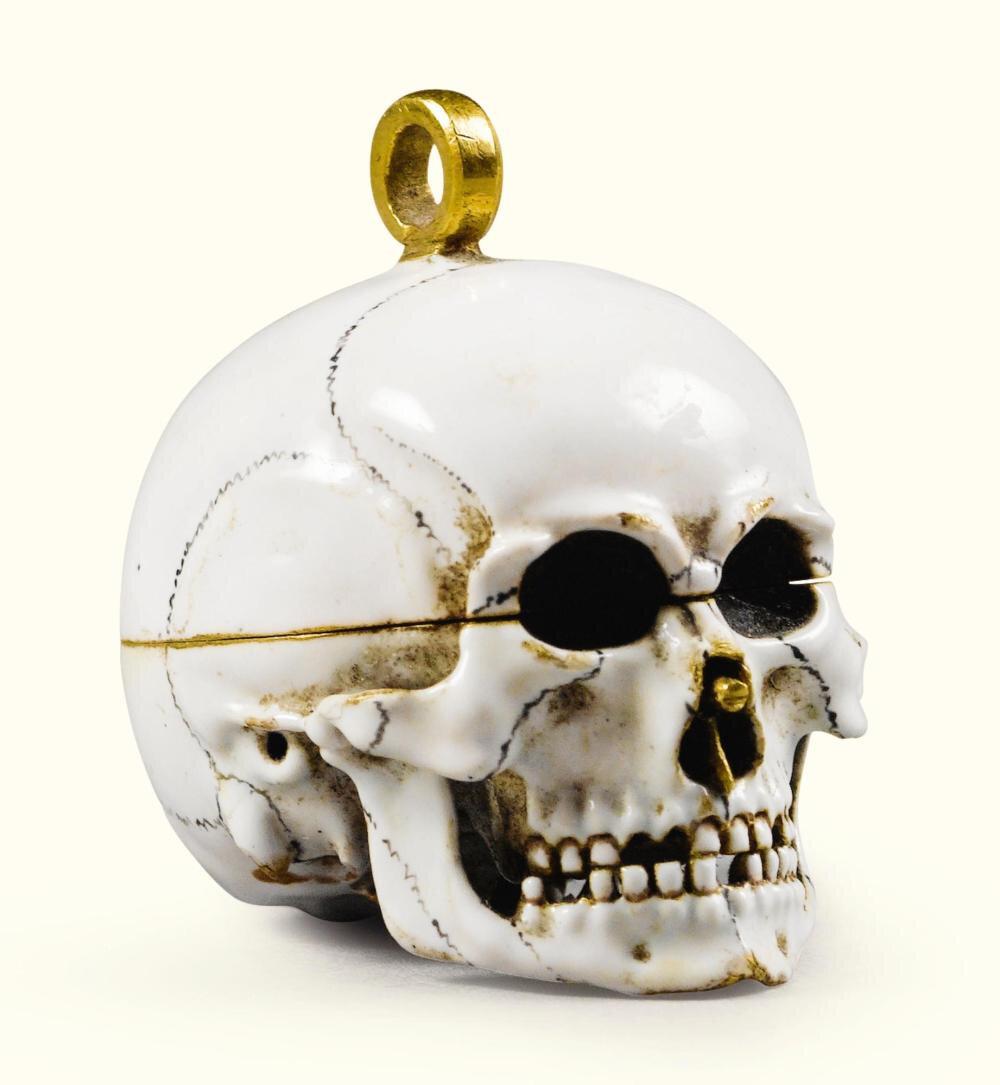 Pendentif en forme de crâne en or émaillé polychrome, Allemagne, vers 1630