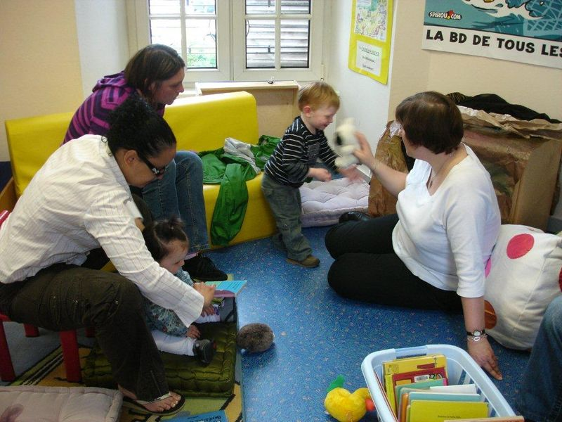 Mme Vachette discute avec Etan (18 mois)