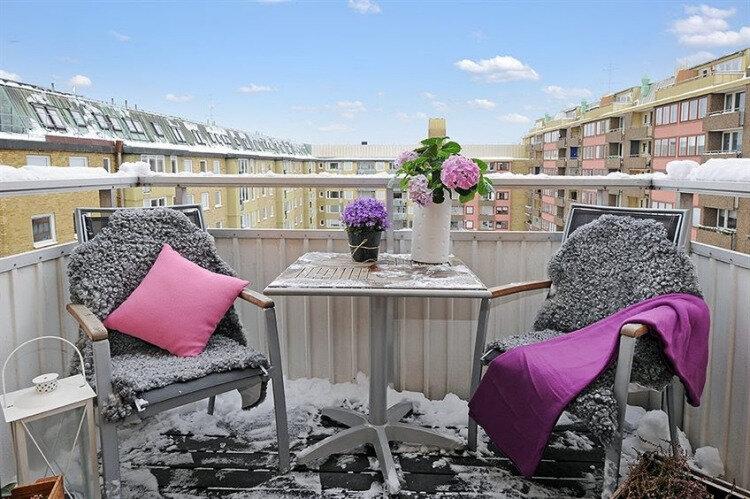 aménager-balcon-hiver-table-métal-chaises-lanterne