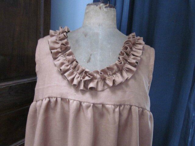 Robe sans manche en lin caramel avec empiècement au dessus de la poitrine, jupe rallongée de 15 cm et ruché entièrement ourlé main réalisé dans le même tissu pour border l'encolure - taille 58 (9)