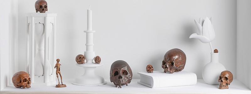 Vitrine des vanités présentée au sein de l'exposition « Même pas peur ! » - Fondation Bemberg © Felipe Ribon