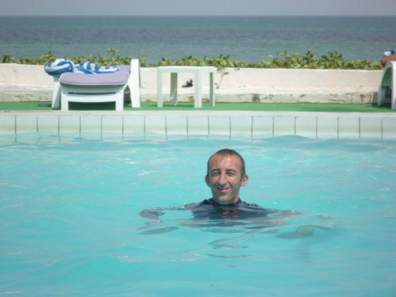 Dans la piscine donnant sur la mer