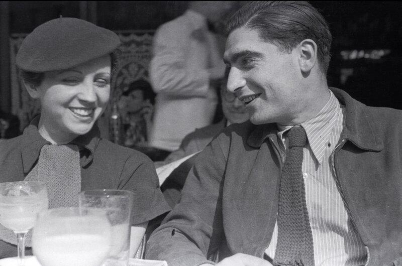 Robert-Capa-and-Gerda-Taro-Café-du-Dôme-Paris-1936-by-Fred-Stein--1300x862