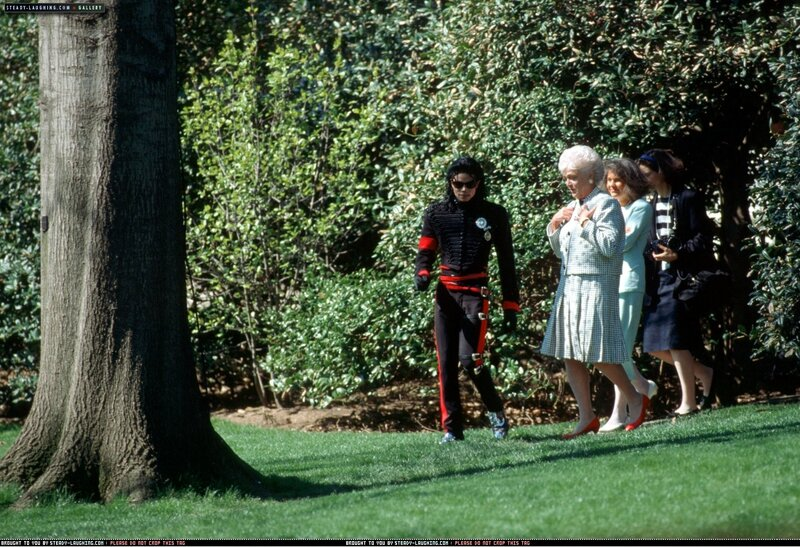 after-being-honored-by-the-museum-of-children-as-the-entertainer-of-the-decade-president-george-bush-personally-congratulates-michael-at-the-white-house(50)-m-9