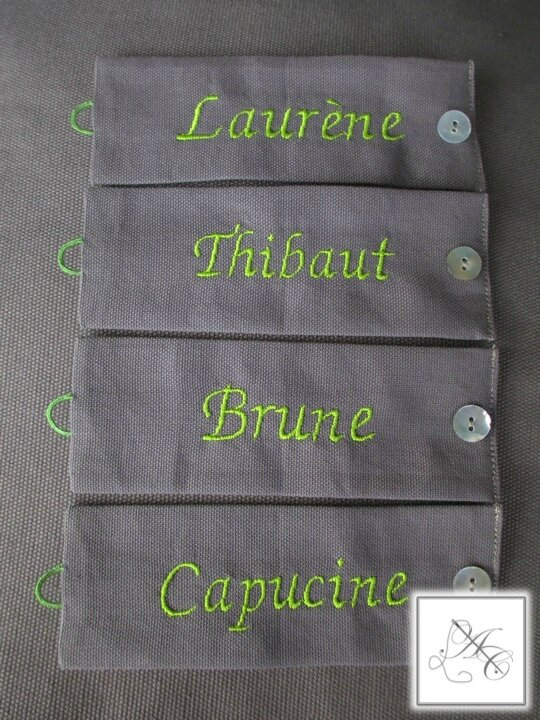 Ronds taupe, broderie vert vif
