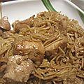 Nouilles au poulet et partenaire kikkoman