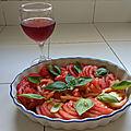 Salade de tomates au basilic et à l'ail