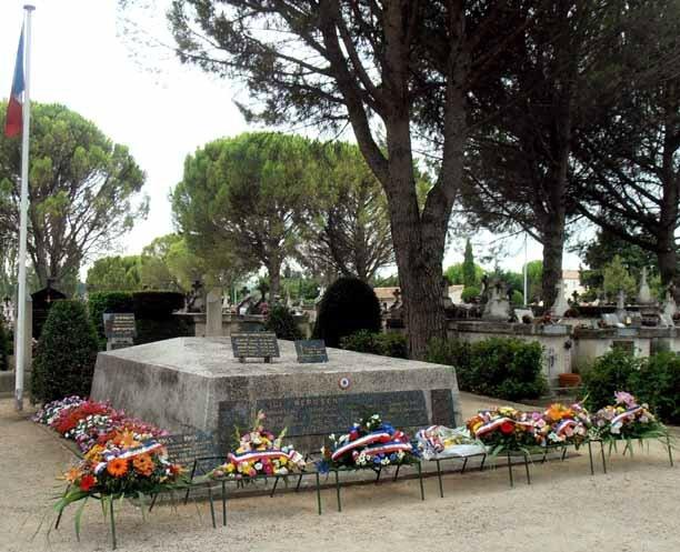 Le monument et les gerbes 2014
