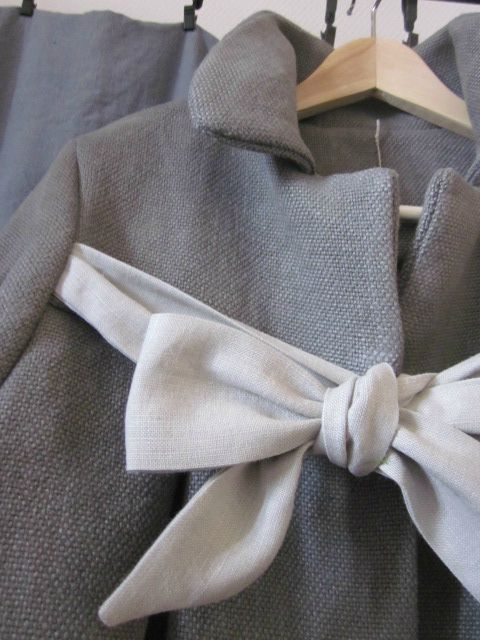 Manteau d'été court en lin gris noué d'un lien de lin gris clair (4)