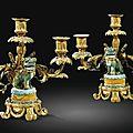 Paire de candélabres aux chiens de fô en porcelaine de chine d'époque kangxi à monture de bronze redoré d'époque louis xvi