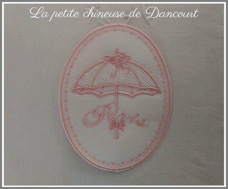 Médaillon ombrelle 1900 rose la petite chineuse de Dancourt