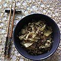 Nouilles sautées façon chinoise, boeuf haché, pousses de bambou, sésame