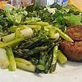 Ragout d asperges vertes et roulés wheaty sur lit de salade verte