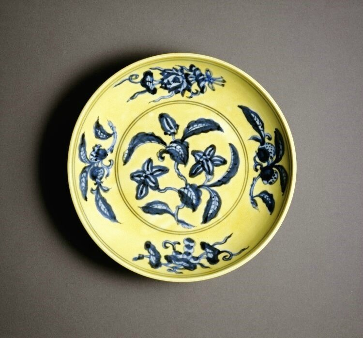 Dish with gardenia, Ming dynasty, Underglaze blue six-character Zhengde reign mark in a double ring and period, AD 1506–1521