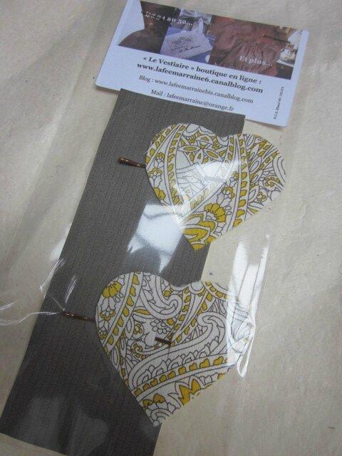 Carte de deux pinces à cheveux coeur impimé safran