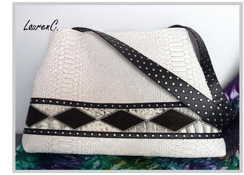 SAC_SIMILI_DRAGON_BLANC_LOSANGES_NOIRS_PATTE_DOS