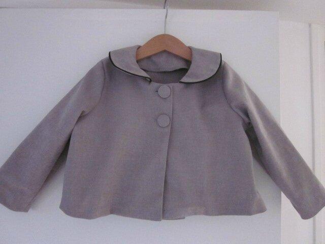 Veste LISON en toile de coton velours beige grisé avec col claudine souligné d'un passepoil noir