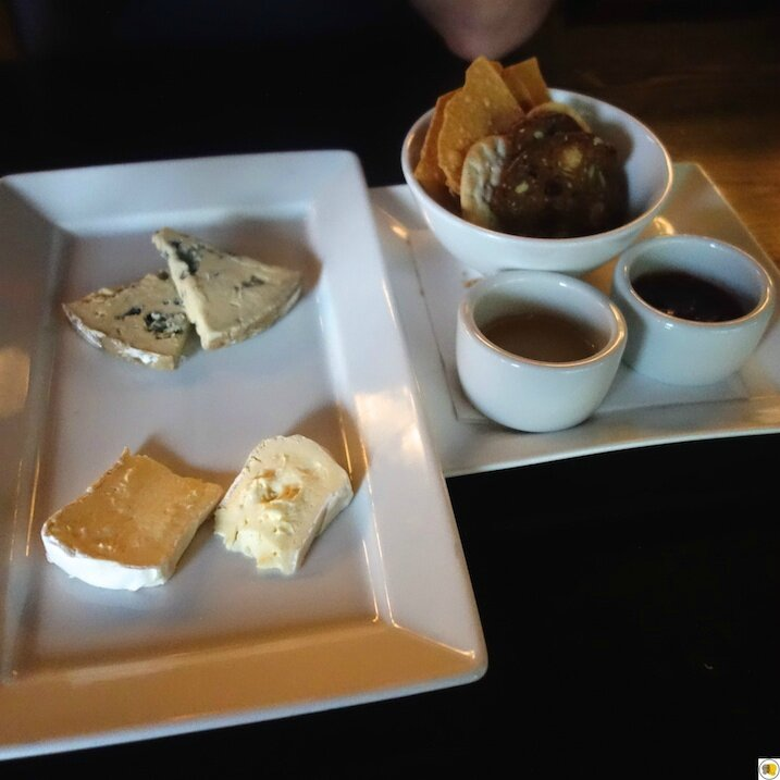 Assiette de fromages - Mt Tam & Mad River Blue (1)