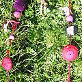 collier violet rouge tissu feutrine sur herbe