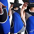 La Robe 100%made in France s'affiche en Bleu électrique noire blanche à l'imprimé triangles.