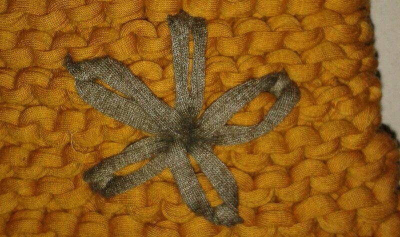 Zigalie sac moutarde fleur taupe détail fleur 2