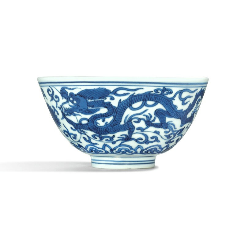 A blue and white 'dragon' bowl, Wanli mark and period (1573-1620)