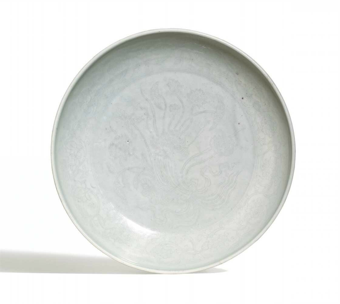 A white-glazed dish with incised anhua decoration