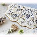 Broderie embellie – bourse feutrée rabat perlé