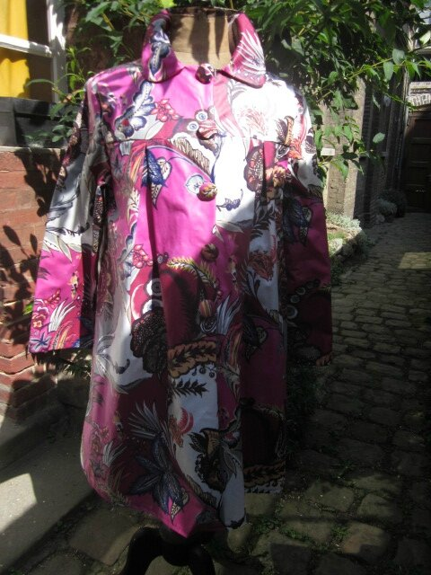 Ciré AGLAE en coton enduit fleuri rose fushia fermé par 5 pressions dissimulés sous des boutons recouverts assortis (3)