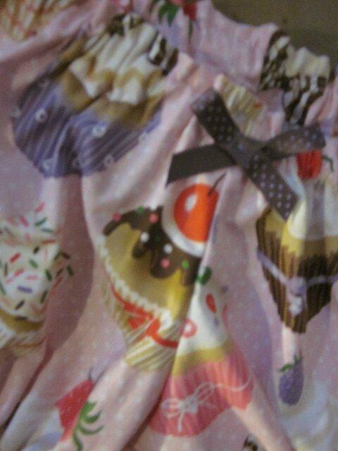 Culotte en coton rose imprimé cupcakes et gourmandises avec noeur assorti (2)